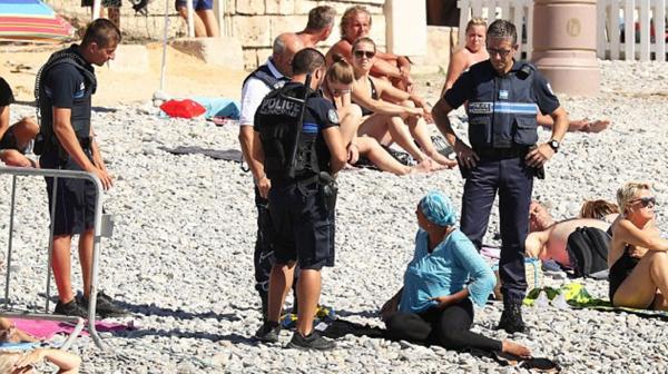 La policía solicita a una mujer que se retire de la playa por usar el burkini