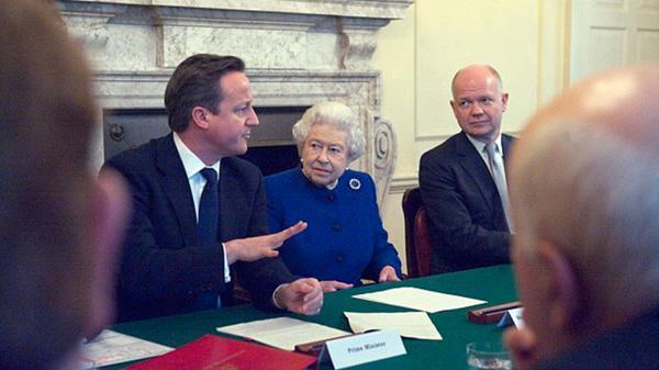 David Cameron con la reina Isabel II en Downing Street, en una reunión de gabinete semanal