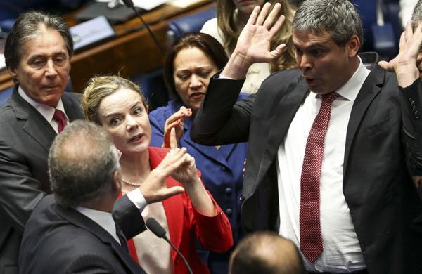Discusiones entre los senadores brasileños en uno de los debates (AFP)