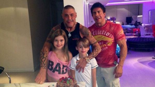 Ricardo con sus hijos Felipe y Martita y Gustavo Martínez