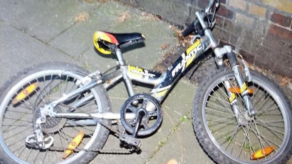 """La bicicleta en la que supuestamente se trasladaba el niño de """"6 o 7 años"""" secuestrado en Surrey"""