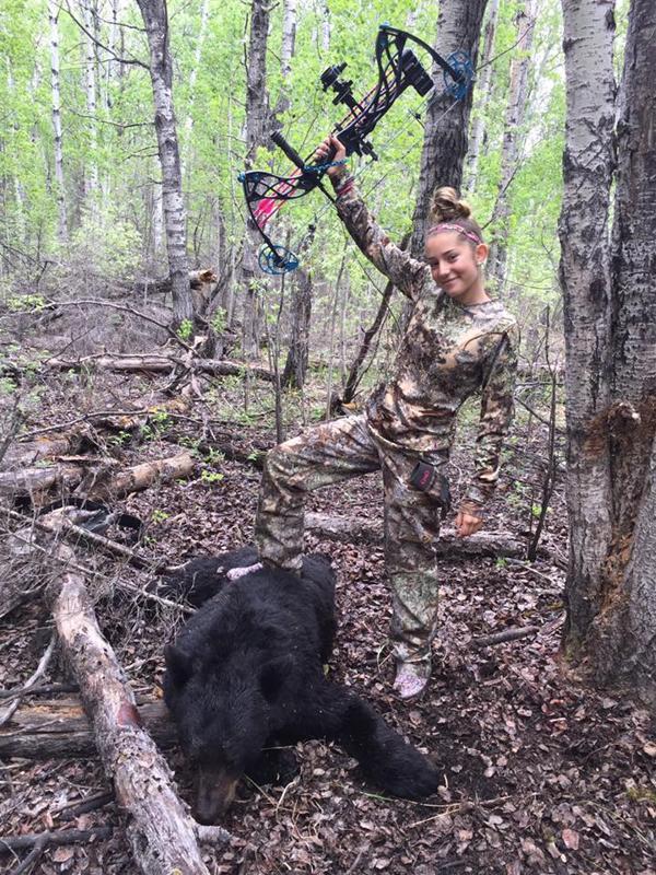 Escena repetida: Aryanna con su pie sobre uno de los animales muertos (Facebook)