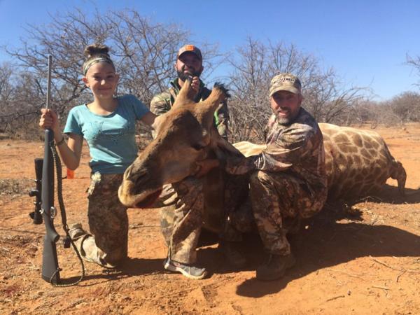 """Aryanna Gourdin y una jirafa muerta que, según su padre, """"era un animal problemático"""""""