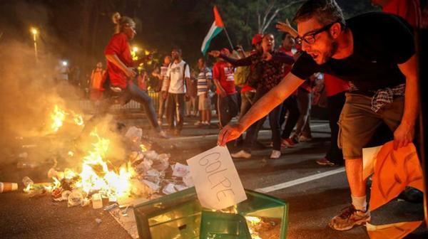 Quemaron cestos de basura y papeles para cortar calles