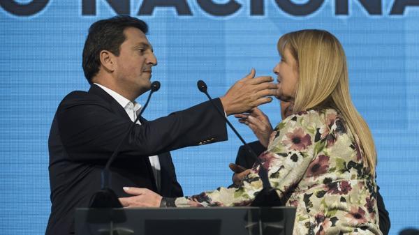 El abrazo de Sergio Massa y Margarita Stolbizer en la convención de FR-UNA (Adrián Escandar)