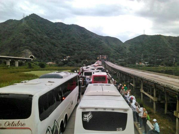 Cientos de ómnibus fueron detenidos por las autoridades chavistas en el Túnel La Cabrera, un acceso clave a Caracas