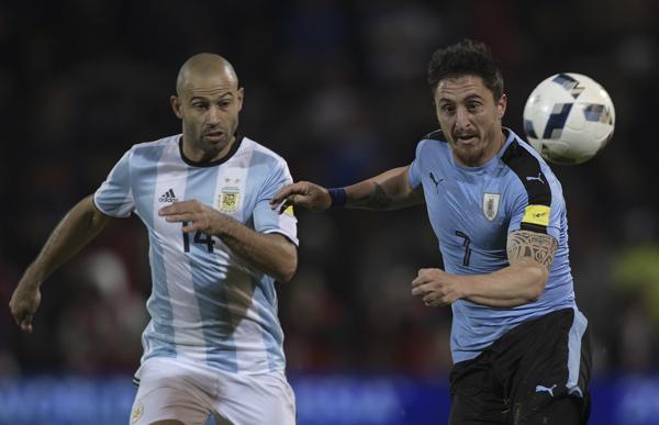 """Javier Mascherano disputa una pelota con el """"Cebolla"""" Rodríguez"""