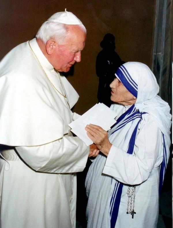 Madre Teresa junto con Juan Pablo II (EFE)