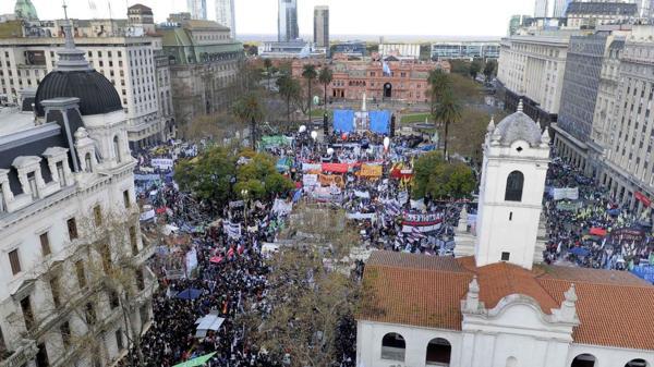 Imagen aérea de la Marcha Federal que movilizó a miles de personas a Plaza de Mayo (DyN)