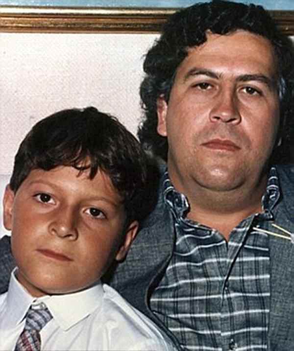 Juan Pablo Escobar con su padre, el máximo narcotraficante de la historia. Sostiene que Escobar Gaviria se suicidó (REX)
