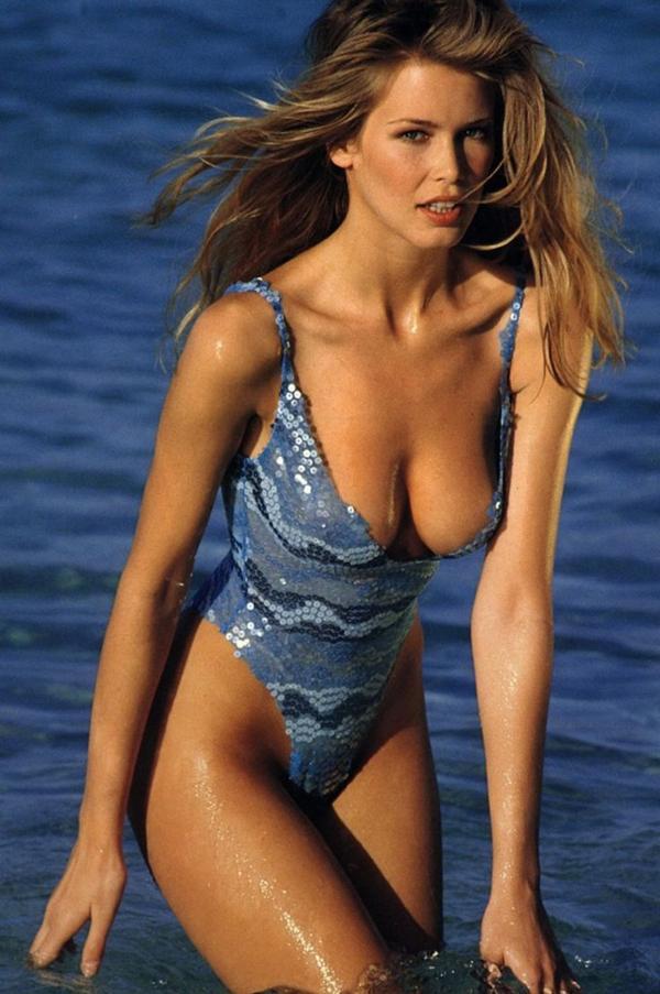 Famosas como Cindy Crawford, Claudia Schiffer y Pamela Anderson eran las musas del traje de baño completo, que lucían espectacularmente con sus figuras curvilíneas