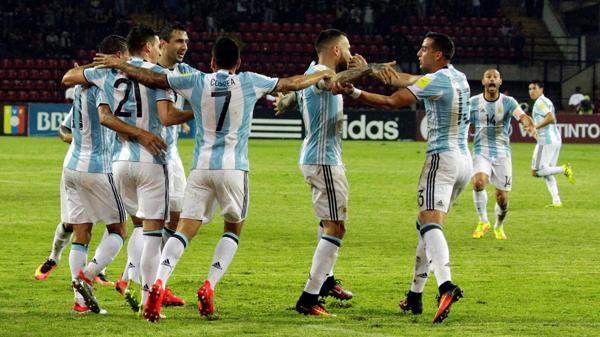 Los jugadores argentinos festejan el empate frente a Venezuela (Reuters)