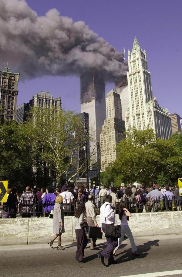 Las dos torres del World Trade Center arden. Las víctimas comienzan a contarse por cientos. Serían miles al finalizar la infausta jornada (AFP)