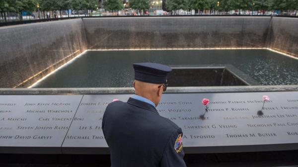 Un bombero retirado de Nueva York visita el lugar de los ataques (AP)