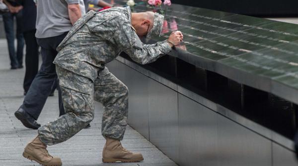 Un soldado del Ejército reza ante el memorial del atentado del 11S (AP)