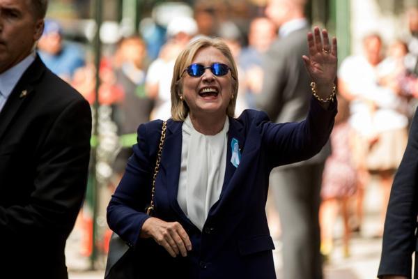 Hillary Clinton saluda a los transeúntes tras recuperarse de un incidente de salud (AP)