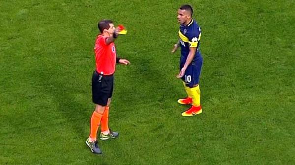 Carlos Tevez, que era la figura hasta esemomento, fue expulsado a los 35′ por insultar al árbitro