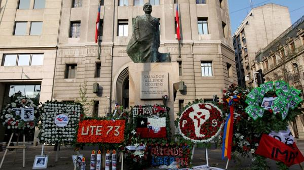 Arreglos florarles en el monumento a Salvador Allende