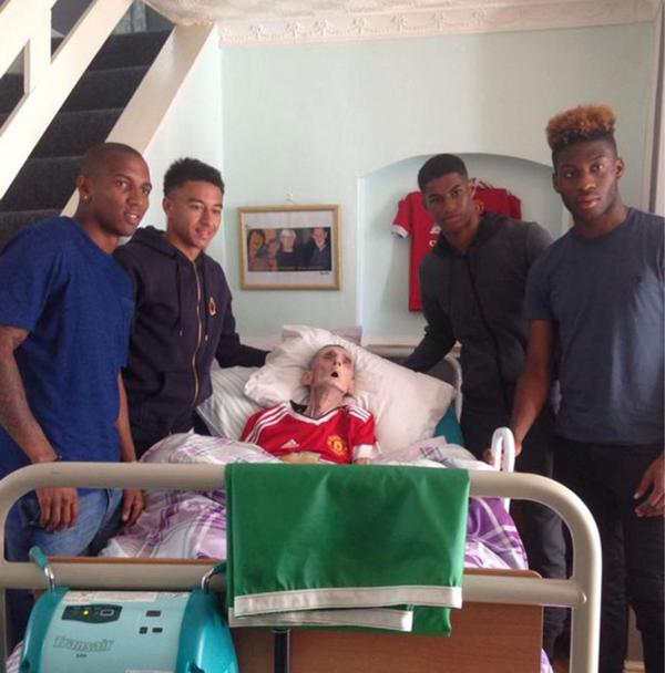 Ashley Young, Jesse Lingard, Marcus Rashford y Timothy Fosu-Mensah visitaron a Paddy Lawler, acostado en su lecho