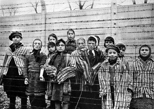 Los prisioneros judíos eran rapados y vestidos con uniformes a rayas dentro de los campos de concentración. (Archivo)