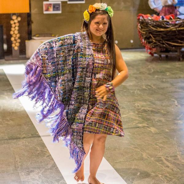 Isabella diseña sus creaciones con colores y estampas típicas de Guatemala