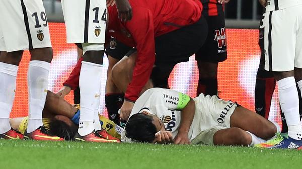Falcao quedó tendido unos minutos en el terreno de juego (AFP)