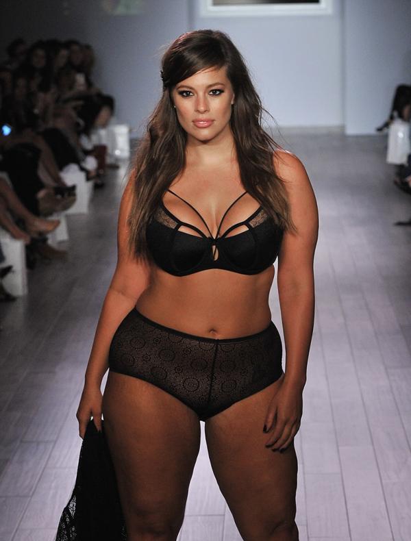 Hipnotizó la pasarela del New York Fashion Week con un conjunto de lencería de su marca que factura USD 1.6 millones. Hermosa, radiante y sin inhibiciones fue ovasionada en la Gran Manzana