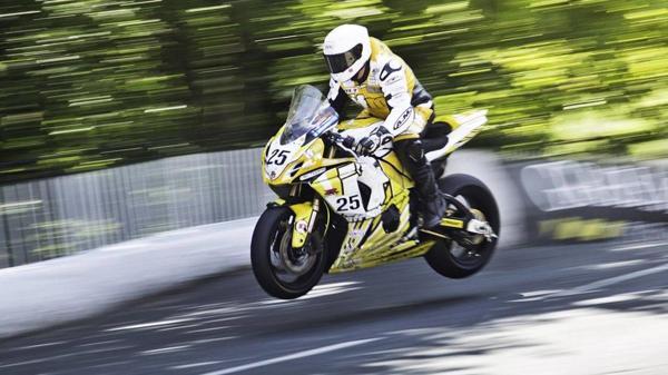 Tradicional y espeluznante  así es la carrera de motos más peligrosa del mundo