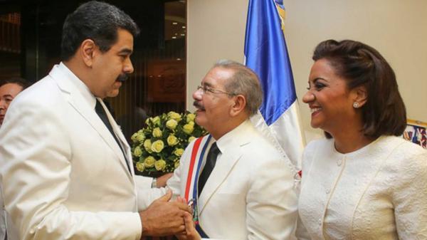 Danilo Medina saluda al jefe del régimen venezolano, Nicolás Maduro, durante su asunción como presidente de República Dominicana