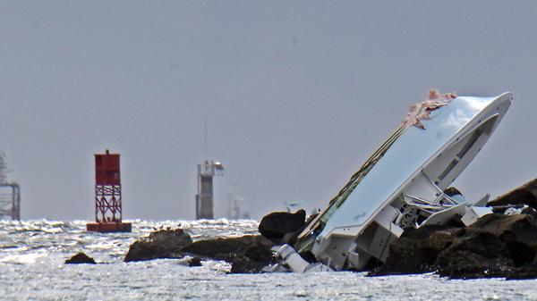 Así quedó el barco en el que se trasladaba (AP)