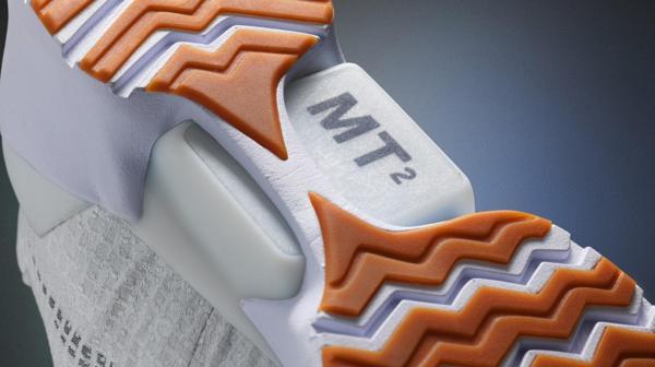 La zapatilla cuenta con un sensor que permite regular la zapatillas según el tamaño y peso del pie.