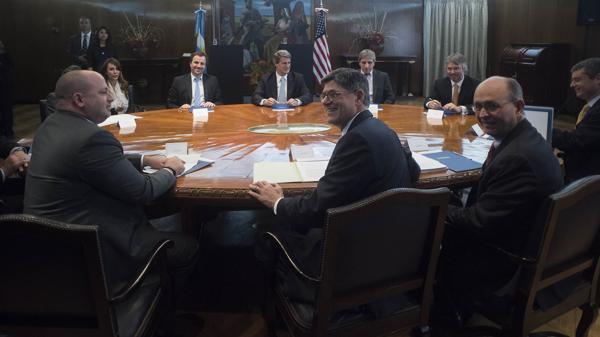 """En la reunión con Jack Lew en el Ministerio de Hacienda, Alfonso Prat-Gay dijo: """"No somos parte del problema y queremos ser parte de la solución"""" (Adrián Escandar)"""