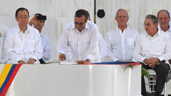El momento de la firma de Timochenko (AFP)