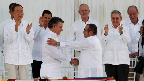 Juan Manuel Santos y Timochenko tras la firma del del acuerdo de paz, el 26 de septiembre en Cartagena (Reuters)