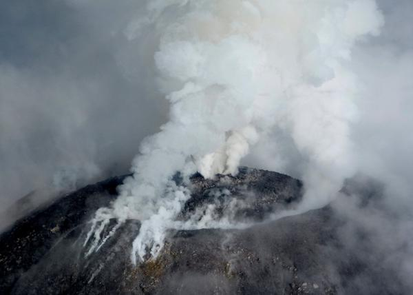 Vista aerea del volcan de Colima este viernes (Reuters by Civil Protection of Jalisco)