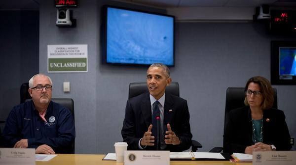 El presidente Barack Obama en la sala de situación siguiendo el paso del huracán Matthew (AFP)