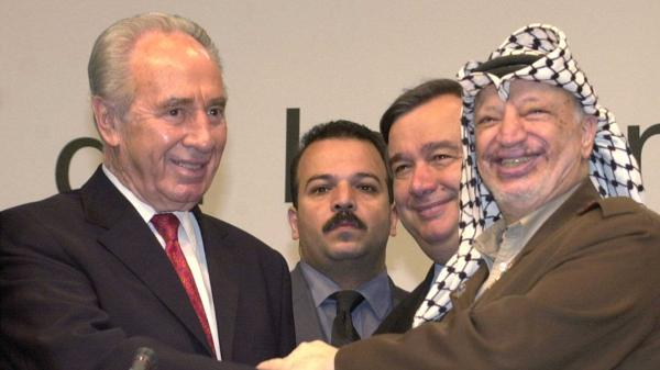 Antonio Guterres junto al recientemente fallecido premier israelí, Shimon Peres, y al líder palestino Yasir Arafat (Getty Images)