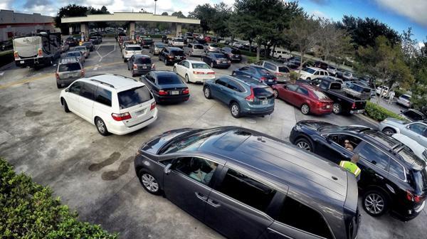 Las estaciones de combustible se vieron colapsadas por los automovilistas (AP)