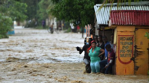 Un grupo de personas se refugia de la inundación (AFP)