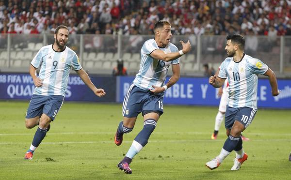 Ramiro Funes Mori celebra su tanto junto a Gonzalo Higuaín ySergio Agüero (AP)