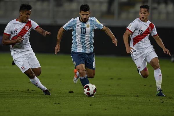 Sergio Agüero volvió a ser citado y arrancó como titular frente a los peruanos(AFP)
