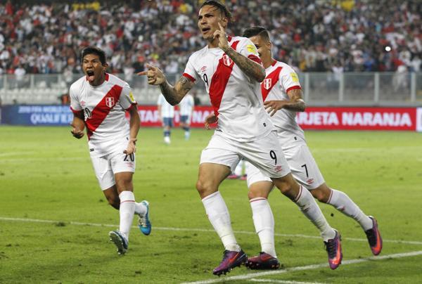 Paolo Guerrero fue uno de los que le dio la igualdad a Perú en el complemento (AP)
