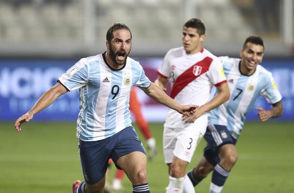 Gonzalo Higuaín logró la ventaja a poco del final con una gran definición ante la salida del arquero (Getty Images)