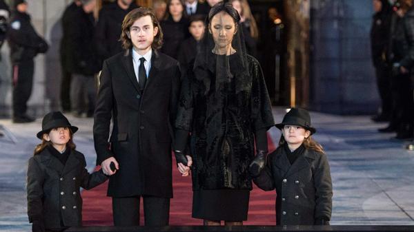 Céline Dion, su hijo René y los mellizos, durante el funeral de Angélil (AP)