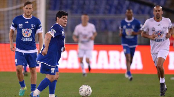 Maradona domina la pelota, Verón y Totti lo siguen de cerca (AFP)