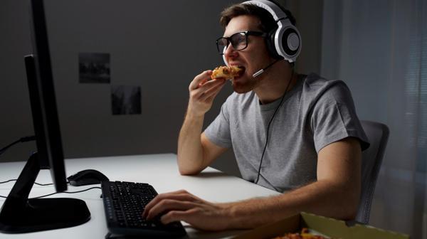La permanencia constante frente a una pantalla produce cambios en los hábitos preocupantes (IStock)