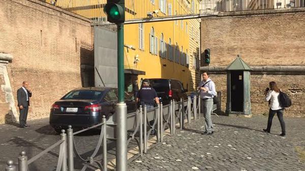 El vehículo oficial ingresando a la audiencia con Francisco