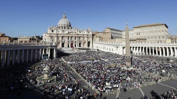 Una multitud se congregó en la Plaza de San Pedro para la ceremonia religiosa (AP)