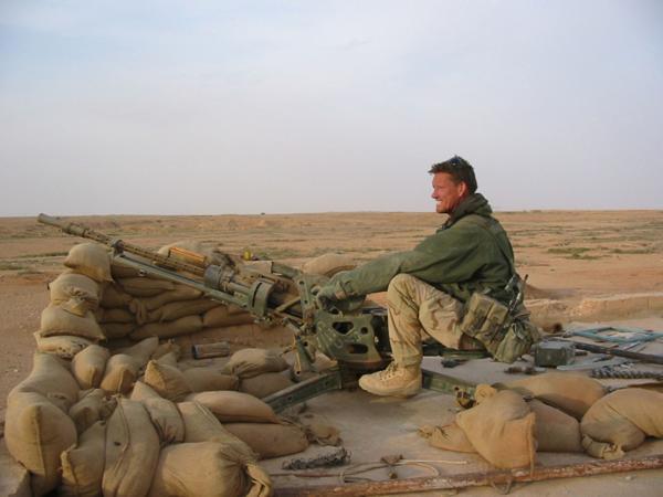 Billingham luchó en Irak. Fue condecorado por la reina Isabel también por una misión contra el grupo terrorista IRA