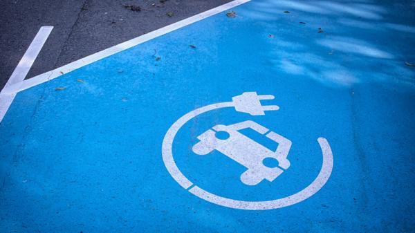 Los autos eléctricos saltaron a la escena y prometen dominar el campo automotor (iStock)